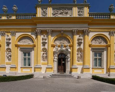 http://www.touristspots.org/wp-content/uploads/2011/03/Wilanow-Palace-370x297.jpg