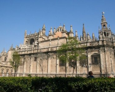 http://www.touristspots.org/wp-content/uploads/2011/07/Seville-Cathedral-370x297.jpg
