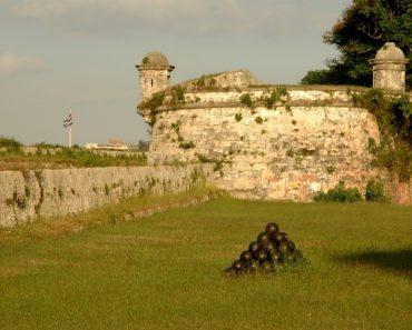 http://www.touristspots.org/wp-content/uploads/2011/08/Fortaleza-San-Carlos-de-la-Cabana-370x297.jpg